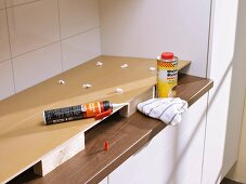Wie man einen Fliesenschild in der Küche anbringt