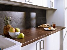 Granite-effect laminate splashback in kitchen