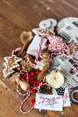 Verschiedene Utensilien zum Verpacken & Dekorieren von Weihnachtsgeschenken
