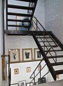 Metalltreppe im Treppenhaus mit geweisselten Ziegelwänden