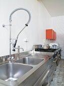 Küchenzeile aus Edelstahl mit moderner Armatur in loftartiger Küche