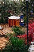 Terrassenplatz aus Holzpaletten bepflanzt mit Agaven & dekoriert mit Laternen