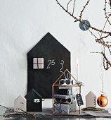 Modernes Weihnachts-Stillleben in Schwarz-Weiß aus verschiedenen Deko-Häusern