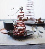 Aus Kupferdraht gewundener Weihnachtsbaum mit Glöckchen und Zimtsternen als Tischdeko