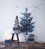 Ausgedruckter Weihnachtsbaum mit Geschenkestapeln, mit Musterpapier in schwarz-weiß verpackt