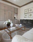 Blick über den Couchtisch auf schlichte Schrankwand mit Bar in luxuriösem Wohnraum
