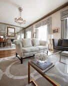 Luxuriöser Wohnraum mit antiken Möbeln und einer Spiegelwand mit Kamin