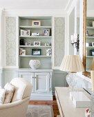 Glamouröses Wohnzimmer mit hellen klassischen Möbeln