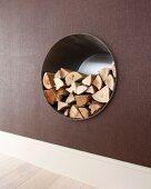 In die Wand eingelassenes rundes Regal zur Lagerung von Holz