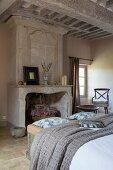 Schlafraum mit antikem Marmorkamin und Kassettendecke