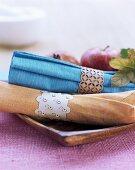 Baumwollservietten mit handgefertigten filigranen Holz-Serviettenringen