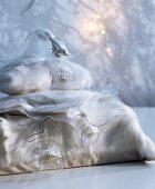 Weisse Plüsch- und Organzakissenbezüge als originelle Geschenkverpackung