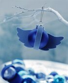 Blaue Christbaumkugel verziert mit Flügeln aus Filz