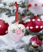 Nostalgische Christbaumanhänger in Rot und Rosa, handbemalt und verziert
