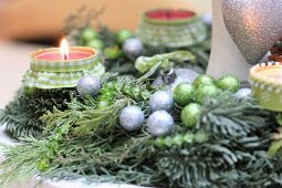 Selbstgeschmückter Adventskranz mit grünen und silbernen Kugeln