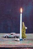 Spielzeugautos als Kerzenständer zur Weihnachtsdekoration
