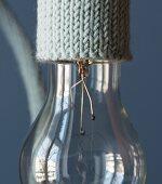 Selbstgestrickte Kabeleinfassung für Glühbirne (Nahaufnahme)