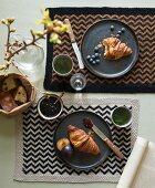 Selbstgestrickte Tischsets mit Zick-Zack-Muster aus Baumwollgarn