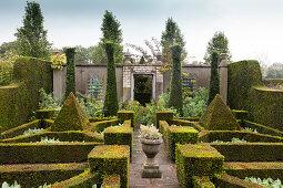 Geometrische Fomen im Garten mit Formschnitt und Mauer