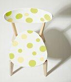 Holzstuhl aufgepeppt mit grünen und gelben Punkten