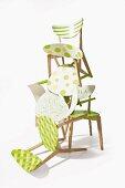 Holzstühle frühlingshaft aufgepeppt mit Farbe und Mustern