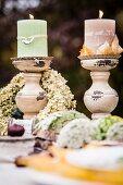 Herbstlich gedeckter Tisch mit Deko aus der Natur