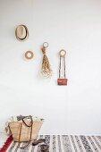 Garderobe mit runden Holzscheiben, Korbtasche