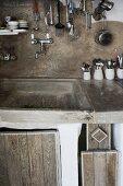 Gemauerte Küche mit rustikalen Holzfronten