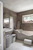 Grau getünchtes Badezimmer mit gemauerter Wanne