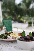 Teller mit Antipasti und Oliven auf dem Tisch