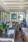 Ländliches Wohnzimmer mit Balkendecke und Fachwerk