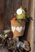Selbstgestalteter winterlicher Blumentopf mit Herzmotiv