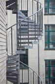 Wendeltreppe aus Metall an der Fassade eines Stadthauses