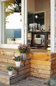 Holztreppe von der Terrasse zum Esszimmer