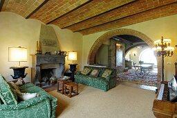 Mediterranes Wohnzimmer mit Steinwand und Rundbögen