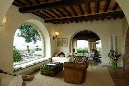 Mediterranes Wohnzimmer mit Rundbögen und Panoramafenster