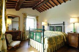 Klassisches Schlafzimmer mit antiken Möbeln