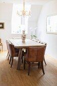 Klassisches Esszimmer mit Holztisch und Lederstühlen