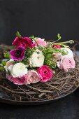 Blumenstauss aus Ranunkeln und Anemonen in Weiss und Pink auf Astkranz
