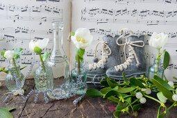Christrosen in kleinen Glasflaschen vor Notenblättern