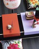 Niedriger Asia-Tisch mit verschiebbaren Tabletts als Platte