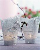 Teelichthalter aus Japanpapier mit Schmetterlingsdekoration und Knospenzweig