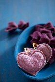 Anhänger aus Filz in Herzform und kleine Schleifen