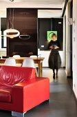 Frau geht durch Wohnraum mit futuristischem Design