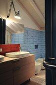 Modernes Badezimmer unter dem Dach mit schmalen Fliesen