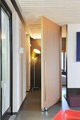 Schwenktür aus Holz in einer modernen Wohnung
