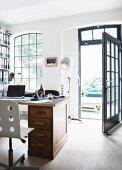 Schreibtisch in einem Loft, Blick durch offene Haustür