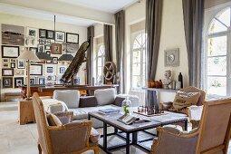Wohnzimmer im französischen Stil mit Sprossenfenstern und Bilderwand