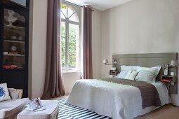 Betthaupt mit integierten Nachtkästchen im Schlafzimmer