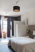 Schlafzimmer mit Bad Ensuite in Grautönen